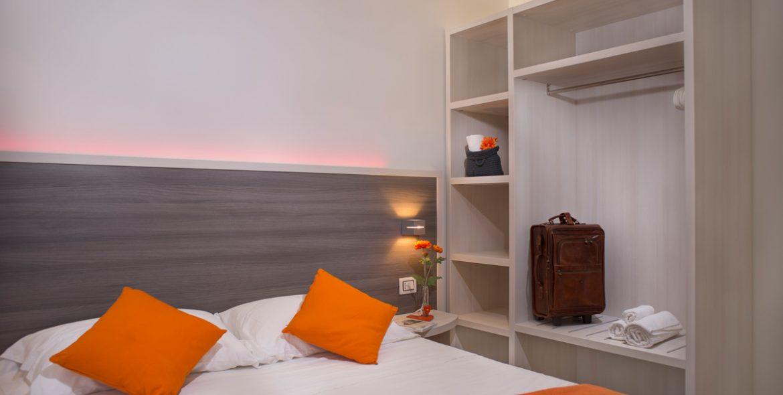 Il letto della camera matrimoniale superior con balcone di VivereNumana