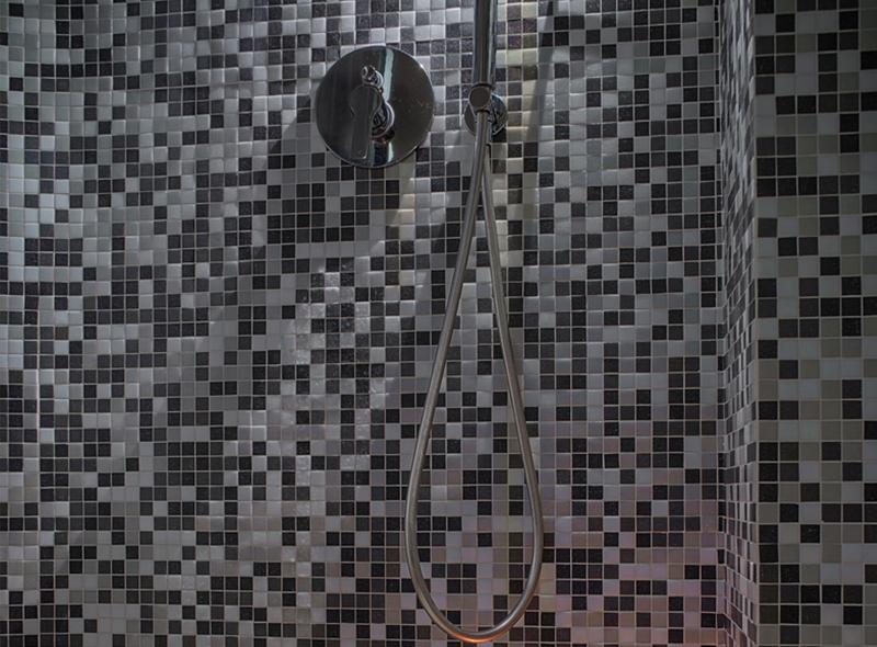 La doccia della camera matrimoniale con angolo cottura di VivereNumana