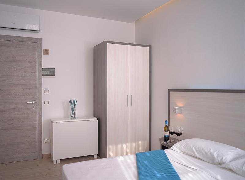 Il letto della camera matrimoniale con angolo cottura di VivereNumana