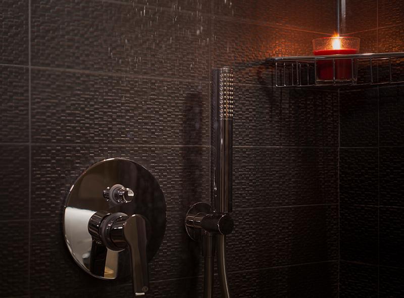 La doccia della camera matrimoniale con balconcino di VivereNumana