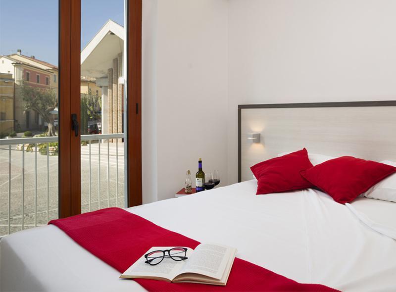 Il letto della camera matrimoniale con balconcino di VivereNumana