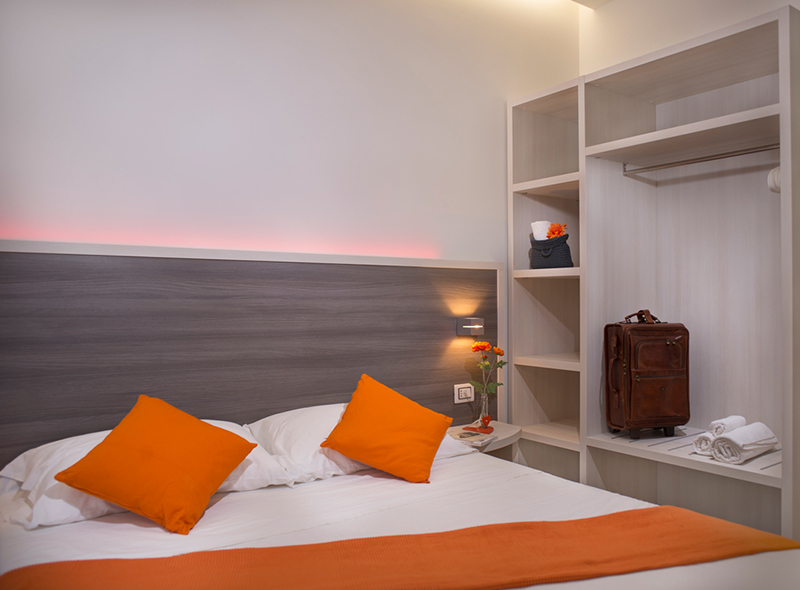 Il letto della camera tripla con balcone di VivereNumana