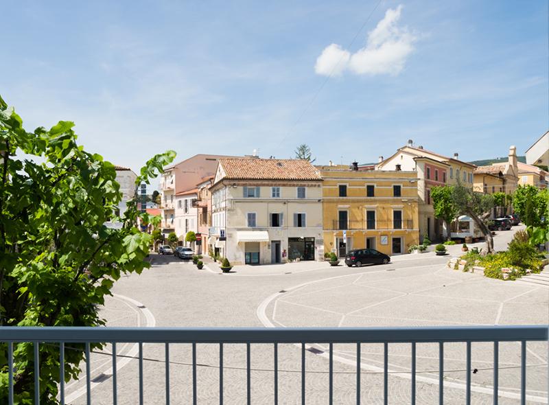 Vista della piazza della camera quadrupla di VivereNumana