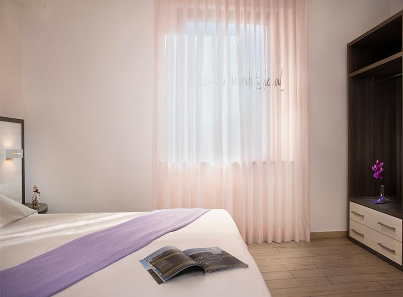viverenumana-camera-matrimoniale-deluxe-letto2